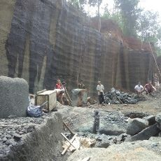 Kisah Para Pria Perkasa Pemecah Batu dari Pacitan