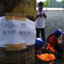 Kisah Desa Kecil Papua, Cari Sinyal HP di Pohon Kelapa