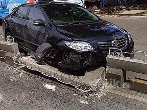 Toyota Altis Seruduk Pembatas Busway