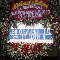 Puluhan Karangan Bunga Hiasi Acara Anugerah Doktor Honoris Causa Chairul Tanjung