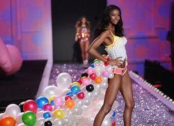 Inilah Lyndsey, Model Victorias Secret yang Juga Programmer Komputer