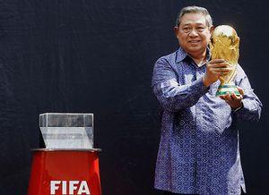 Tantang Wartawan Main Sepakbola, SBY Mau Jadi Pemandu Sorak