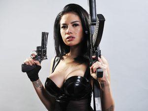 Bersenjata! Nikita Mirzani Superseksi di Comic 8