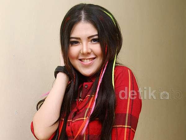 Warna-warni Rambut Tina Toonita