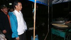 Dini Hari, Jokowi Keliling Pantau Banjir di Jakarta Timur
