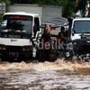 Dampak Banjir Bagi Ekonomi, Karyawan Tak Bisa Kerja Hingga Cabai Melejit
