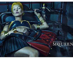 Kate Moss Berambut Kuning dan Pakai Bra Kulit di Kampanye Alexander McQueen