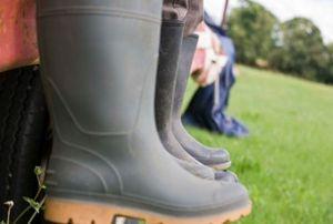 Agar Tak Mudah Tertular Penyakit Pasca Banjir, Pakailah Sepatu Karet