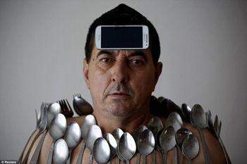 Muhibija Buljubasic, Manusia Magnet yang Bisa Tempelkan Apapun di Tubuhnya