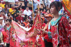 Perempuan Tionghoa Cantik & Sakti di Cap Go Meh Singkawang