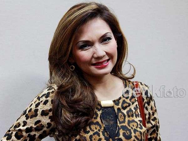 Gaya Nia Daniati dengan Dress Leopard
