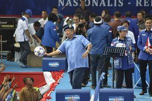 Kampanye di Semarang, SBY Bernyanyi dan Bagikan Bola ke Simpatisan