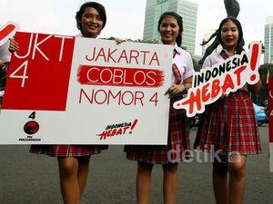 Mahasiswi Bergaya JKT48 Bagikan Stiker Indonesia Hebat