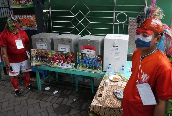 Ilustrasi: Petugas TPS di Tambaksari, Morokrembangan, Surabaya, berseragam tim sepakbola pada pemilu legislatif 9 April 2014. (ANTARA/Eric Ireng)