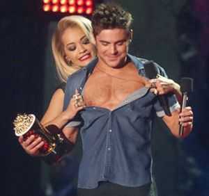 Foto: Telanjang Dada, Zac Efron Pamer Tubuh Seksi di MTV Movie Awards
