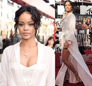 Foto: Rihanna Tampil Menggoda dengan Gaun Satin di MTV Movie Awards