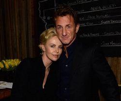Charlize Theron Soal Sean Penn: Kami Pacaran dan Tidak Merahasiakannya