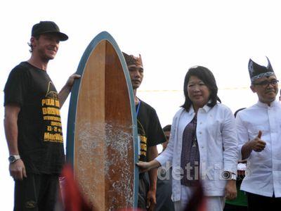 Mari Elka Buka Pulau Merah International Surfing Competition