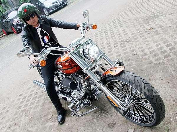 Denny Cagur Pamer Motor Harley Barunya