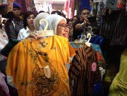 Singgah ke Pasar Klewer Solo, Okke Rajasa Belikan Hatta Baju Lurik