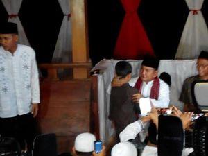 Usai Buka Puasa, Prabowo Menciumi Anak Yatim Piatu