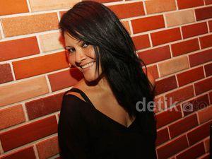 Serba Hitam Melanie Subono