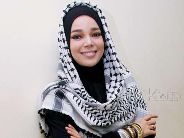 Berhijab dengan Keffiyeh ala Dewi Sandra
