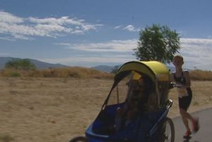Noah, Bocah yang Ikut Triathlon Mini Sambil Mendorong Kursi Roda Adiknya