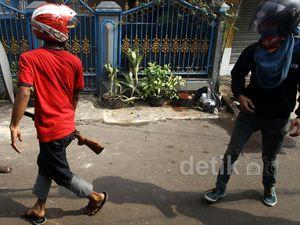 Dua Kelompok Warga Tawuran di Pasar Manggis