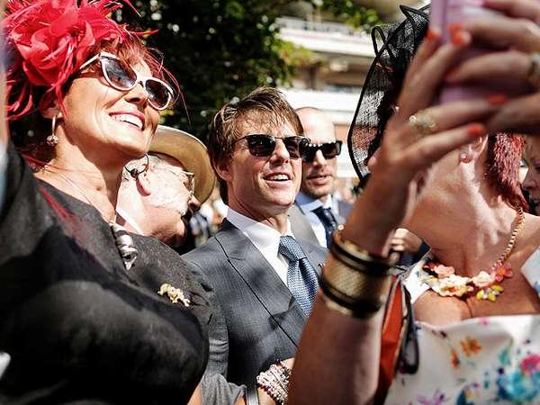 Asyiknya Selfie Bareng Tom Cruise