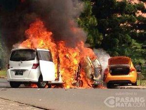 Foto Dramatis Saat 3 Mobil Terbakar Hebat di Bintaro