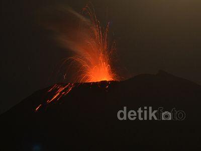 Gunung Slamet Semburkan Lava Pijar