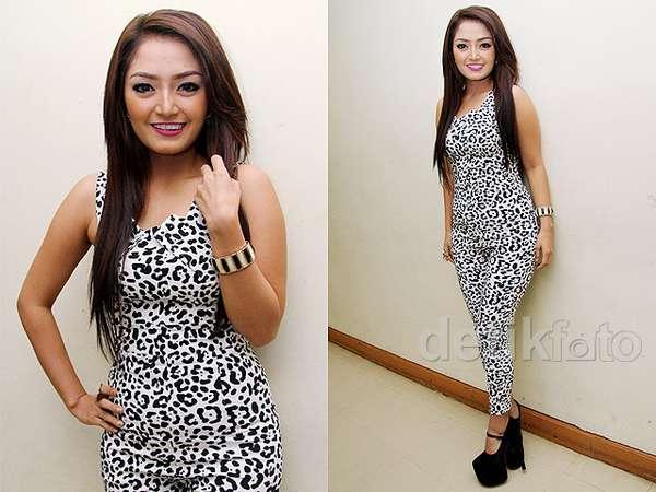 Siti Badriah Dibalut Jumpsuit Ketat