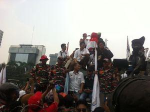 Camelia Malik dan Jaja Miharja Orasi, Massa Prabowo Coba Tabrak Kawat Duri