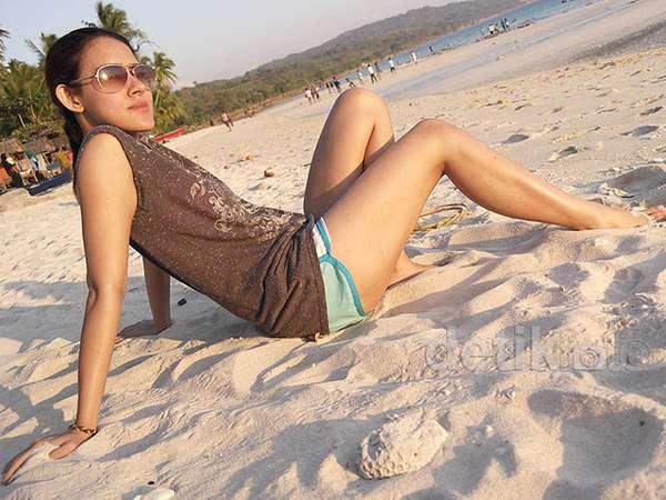 Pose Fairuz A Rafiq di Tepi Pantai