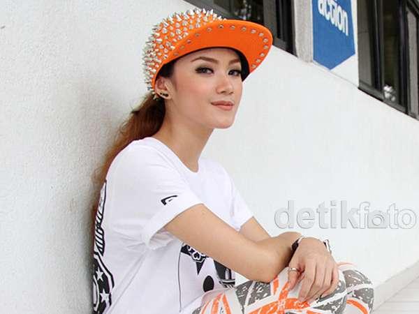Gaya Dara The Virgin dengan Topi Stud, Yay or Nay?