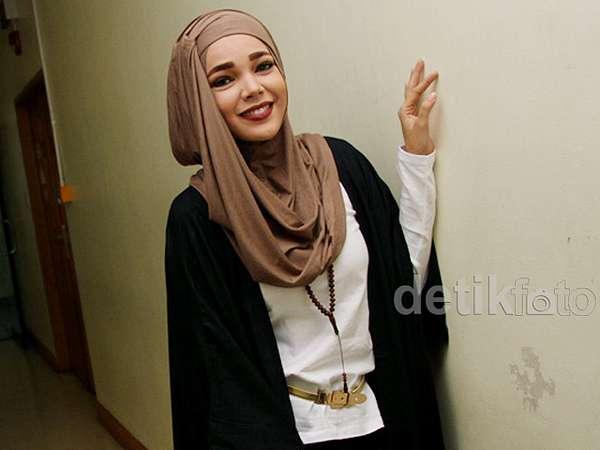 Dewi Sandra Cantik Berhijab Coklat