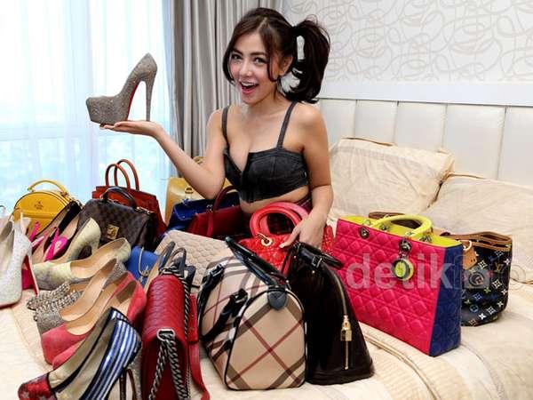 Mengintip Koleksi Sepatu dan Tas Branded Bella Shofie