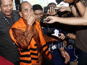 Gubernur Riau Berkaca-kaca Saat Akan Diperiksa KPK