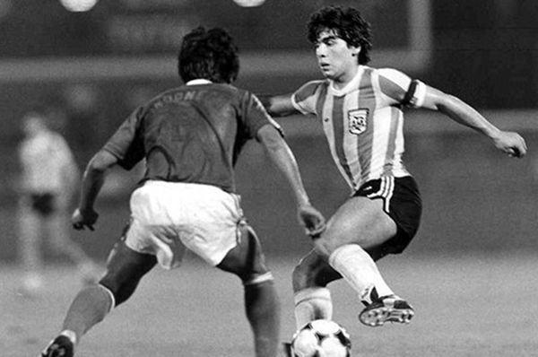 Diego Maradona dihadang pemain Indonesia di Piala Dunia U-20 1979 (FIFA)