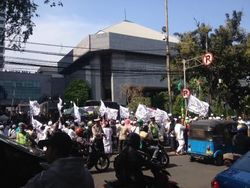 Demonstran Penolak Ahok Mulai Beraksi di DPRD, Polisi Bersiaga