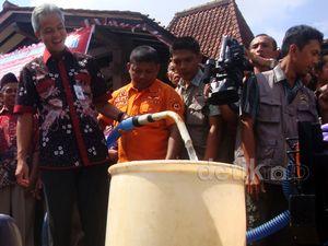 Gubernur Jateng Salurkan Air Bersih