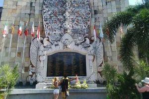 12 Tahun Bom Bali, Turis Tabur Bunga di Ground Zero Kuta