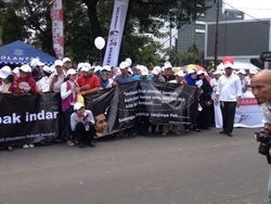 Berdiri di Trotoar, Pegawai Indosat Minta Jokowi Buyback Saham