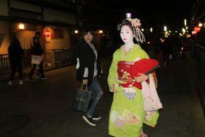 Mengamati Tingkah Laku Geisha dan Tamunya di Kyoto
