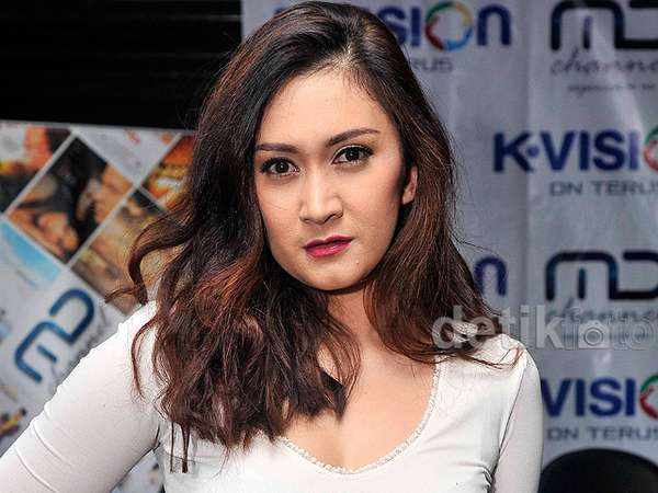 Hot Mom, Nafa Urbach
