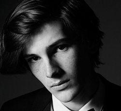Foto: Tampannya Dylan, Anak Pierce Brosnan yang Debut Jadi Model