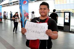 Suit-Suit! ABG Bandung Ini Berani Malu di Stasiun KA Bangkok Demi Nyatakan Cinta