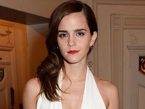 Emma Watson Pamer Belahan Dada