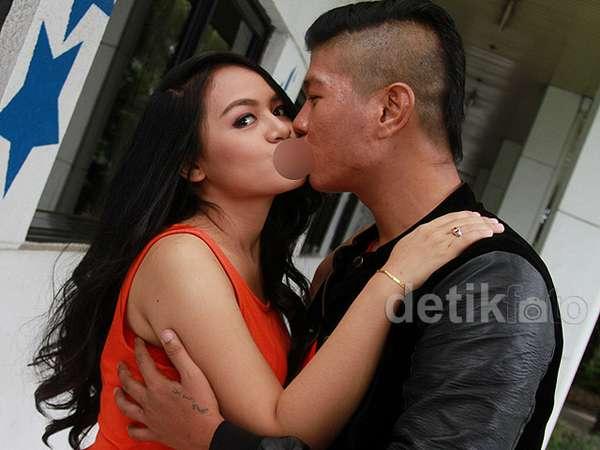 Muah! Ciuman Mesra Andhika eks Kangen Band untuk Chacha